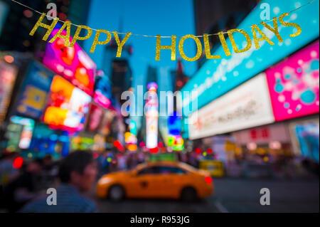 Happy Holidays Nachricht vor Defokussieren abstract blur Blick auf die Lichter des Times Square, New York City, USA - Stockfoto