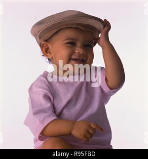 Baby Junge, mit Kappe, Porträt, weißer Hintergrund, MR - Stockfoto