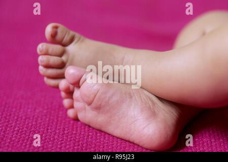 Füße des Babys - Stockfoto