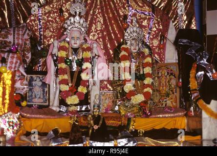 Statuen von Gott und Göttin Lakshmi und Narayana in Tempel, Dwarka, Gujarat, Indien - Stockfoto