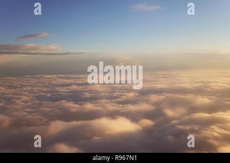 Sonnenuntergang über den Wolken Landschaft vom Flugzeug Reise - Stockfoto