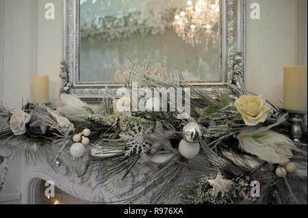 Reflexion der Kronleuchter im Spiegel. silver-tone Gamma. Home Dekoration für das neue Jahr - Stockfoto