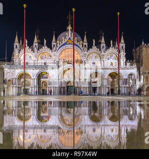 Die Basilika von San Marco in Venedig mit Reflexion in der Nacht während der Flut, oder Aqua alta, dass der Platz mit Meerwasser überflutet - Stockfoto