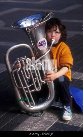 Junge Gaukler spielen auf der Posaune, Sydney, New South Wales, Australien - Stockfoto