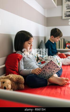Mädchen und jungen ein Buch zu lesen Stockfoto