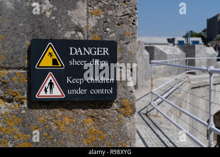 Gefahr plötzlichen Druckabfall Zeichen gelbes Warndreieck mit Symbol des Menschen fallen von einer Klippe und halten Kinder unter Kontrolle anmelden