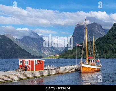 Norwegischen Fjorde. Traditionelle Boot an einen Steg außerhalb der Sagafjord Hotel günstig in den späten Nachmittag, Saebø, Hjørundfjord, Møre og Romsdal, Norwegen - Stockfoto