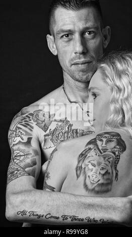 Ein junges Paar mit Tattoos - Stockfoto
