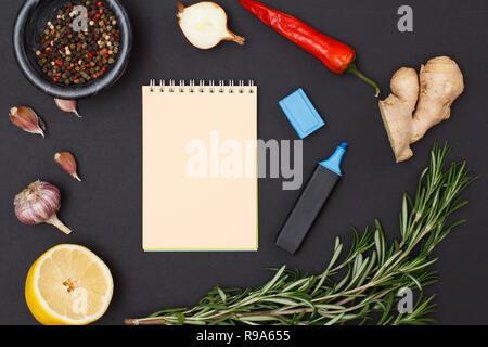 Bestandteile mit Kopie Raum für Rezept kochen. Ingwer, Chili, Knoblauch, Zwiebel, Zitrone, Piment Pfeffer in Glasschale und Rosmarin auf bla - Stockfoto