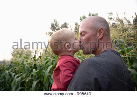 Liebevoller Vater und Kind Sohn Küssen im ländlichen Bereich - Stockfoto