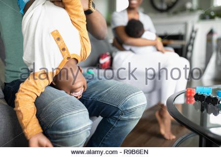 Verspielt Vater mit Sohn auf den Kopf - Stockfoto