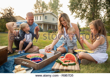 Junge Familie genießen Sie ein Picknick im ländlichen Hof - Stockfoto