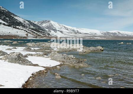 USA, Kalifornien, Mammut, das blaue und das grüne Wasser am Mono Lake gegen den weißen Schnee Banken gegenüber - Stockfoto