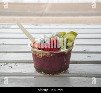 Schüssel der Acai und Obst gesundes Essen auf einer Bank bereit, gegessen zu werden. - Stockfoto
