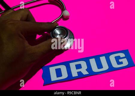 Medikament auf dem Papier mit healthcare Konzept. Mit Stethoskop auf Rosa bakcground - Stockfoto