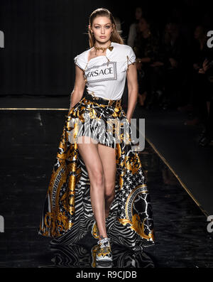 NEW YORK, NY - Dezember 02, 2018: Gigi Hadid geht der Start- und Landebahn an der Versace Pre-Fall 2019 Runway Show - Stockfoto