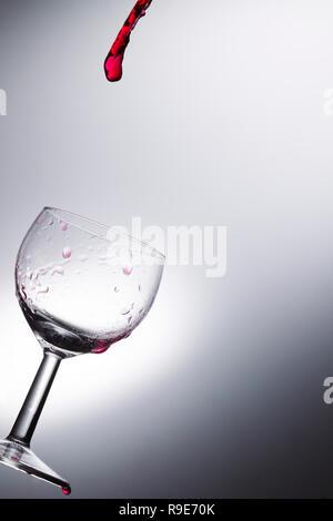 Wein in ein Glas, Studio, Beleuchtung, Makro gießen - Stockfoto