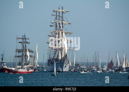 Eine Flotte von Yachten in Falmouth für die Abfahrt der Großsegler, die auf dem Weg nach Greenwich.