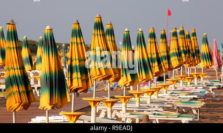 Viele geschlossene Sonnenschirme am Strand auf das Meer im Sommer ohne Menschen - Stockfoto