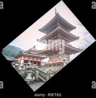 Eindruck eines historischen Tempel von Kyoto, teilweise verdeckt von Nebel, auf einer Dezember Morgen. - Stockfoto