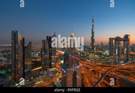 Stadtbild Blick auf Burj Khalifa und komplexen Autobahn Interchange und Wolkenkratzer an der Sheikh Zayed Road in Dubai, Vereinigte Arabische Emirate, - Stockfoto