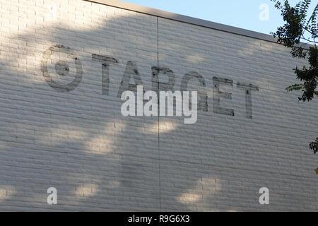 Los Angeles, CA/USA - Okt. 24, 2018: Reste von beschilderungen von einem Ziel Kaufhaus entfernt befinden sich auf einer Seite des Gebäudes dargestellt. - Stockfoto