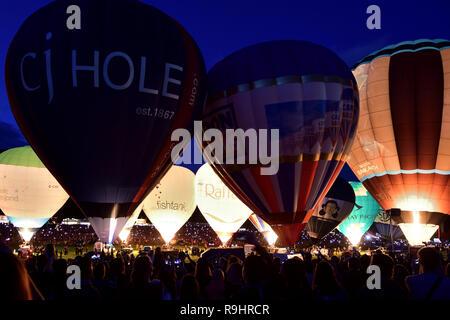 Blick auf Heißluftballons während der Nightglow an der Bristol International Ballon Fiesta - Stockfoto