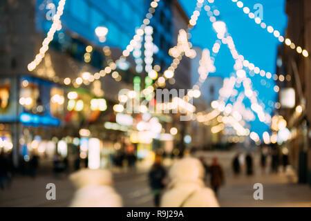 Helsinki, Finnland. Neues Jahr Boke Lichter Weihnachten Christbaumschmuck und festliche Beleuchtung in Aleksanterinkatu Straße. Defokussierten Blau Bokeh Hinterg - Stockfoto