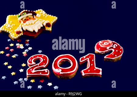 Neues Jahr Karte auf blauem Hintergrund Lebkuchen rote Zahlen 2019 mit bunten Sternen und Santa Claus - Stockfoto