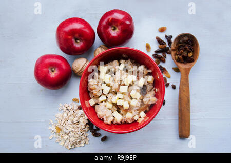 Schließen Sie herauf Bild der Schüssel gesund Glutenfreie Haferflocken mit Nüssen und Rosinen über rustikale Hintergrund. Sauber Essen, Gesund leben, Vegan, Vegetarisch, G - Stockfoto