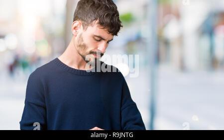 Jungen gutaussehenden Mann über isolierte Hintergrund die Zeit kontrollieren, Armbanduhr, entspannt und zuversichtlich - Stockfoto