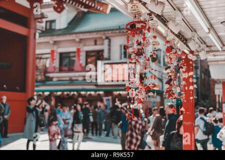 Traditionelle store Souvenir verkaufen mit Touristen in den Hintergrund Sensoji-Tempel in Asakusa, einem der beliebtesten Reiseziel - Stockfoto