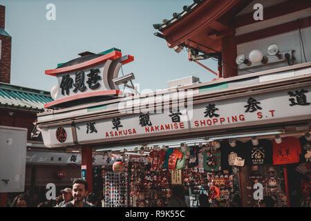 Zeichen einer traditionellen store Souvenir verkaufen Sensoji-Tempel in Asakusa, einem der beliebtesten Reiseziel - Stockfoto