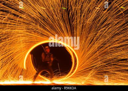 Kreis Feuershow am Strand auf der Insel Koh Lanta in Thailand - Stockfoto