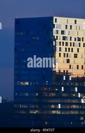 Sunrise Lichtreflexe auf Moderne, Glas Hochhaus Gebäude im vornehmen Stadtteil Buckhead Atlanta, Georgia, USA Zusammenfassung Hintergrund. - Stockfoto