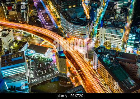 Asien Business Konzept für Immobilien & Corporate Bau - Panoramablick auf die moderne Skyline der Stadt bei Nacht mit Schnellstraße im Stadtteil Ikebukuro, Tokio