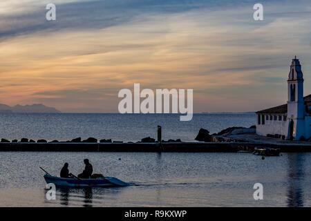 Fischer Silhouetten in kleinen Angeln Motorboot in der Nähe der orthodoxen Kirche von Vlaherna im Morgengrauen, dramatischer Himmel in der Nähe von Korfu Kerkyra Insel, Griechenland, frühen spr - Stockfoto