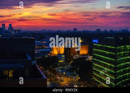 Einen spektakulären Sonnenuntergang über dem Philharmonic Orchestra Hall in Berlin, Deutschland. - Stockfoto