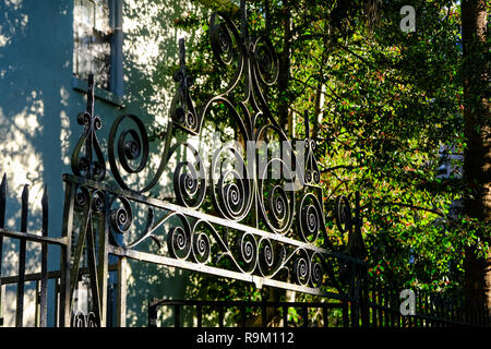 Eine dekorative Iron Gate auf einem historischen Haus entlang Unterkunft Lagare Straße in Charleston, South Carolina. - Stockfoto