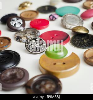 Viele bunte Tasten auf Weiße Holztisch, Nahaufnahme - Stockfoto
