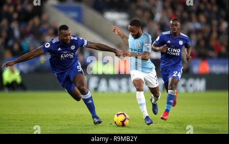 Von Leicester City Wes Morgan (links) und Manchester City Raheem Sterling Kampf um den Ball während der Premier League Match für die King Power Stadion, Leicester.