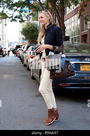 Blonde Model street style während der New York Fashion Week - Stockfoto