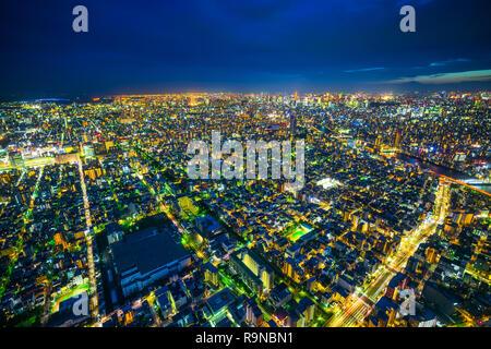 Asien Business Konzept für Immobilien und Corporate Bau - Panoramablick auf die Skyline der Stadt Antenne Nacht Sicht unter Neon Nacht in Koto Bezirk, t - Stockfoto
