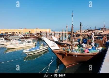 Traditionelle dhow Angeln bietet im Fischerhafen von Nag'aat Al Kout in Fahaheel, Kuwait, Naher Osten. - Stockfoto