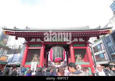 Menschen besuchen Sensoji Temple Kaminarimon Präfektur Tor in Asakusa Tokyo Japan. - Stockfoto