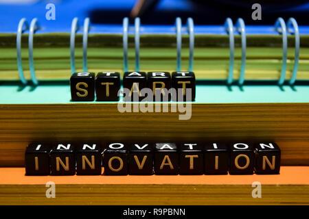 Start Innovation auf Holzblöcken. Die Bereiche Bildung und Business Konzept auf hölzernen Hintergrund - Stockfoto