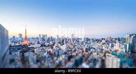 Asien Business Konzept für Immobilien und Corporate Bau - Panoramablick auf die Stadt und den Tokyo Tower unter Neon Nacht in Tokio, Japan mit Tilt shif - Stockfoto