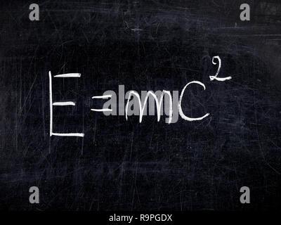 Formel E=mc2 der Relativitätstheorie auf balckboard oder Schwarzes Brett Stockfoto
