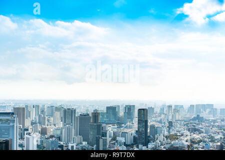 Asien Business Konzept für Immobilien und Corporate Bau - Panoramablick auf die City Skyline Luftbild unter strahlend blauen Himmel und die Sonne in Tokio, Ja