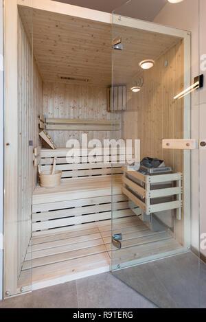 Kleine Sauna im Badezimmer der modernen Haus - Stockfoto